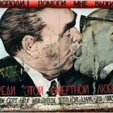 Политическое граффити: поцелуй Брежнева и Хоннекера