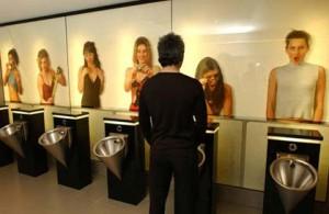 Провокационная реклама в туалете